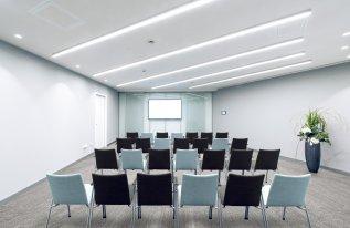 Besprechungsraum Buchner in Reihenbestuhlung und Präsentationstechnik
