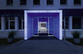 Eingang mit blauer Beleuchtung im Vogel Convention Center