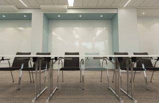 Nahaufnahme Tische Stühle Tagungsraum Max Planck