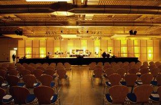 Rotationshalle in Reihenbestuhlung Bühne