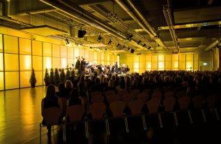 Rotationshalle in Reihenbestuhlung bei einem Konzert