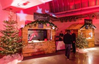 Weihnachtshütte mit Weihnachtsdekoration und Sternenbeleuchtung