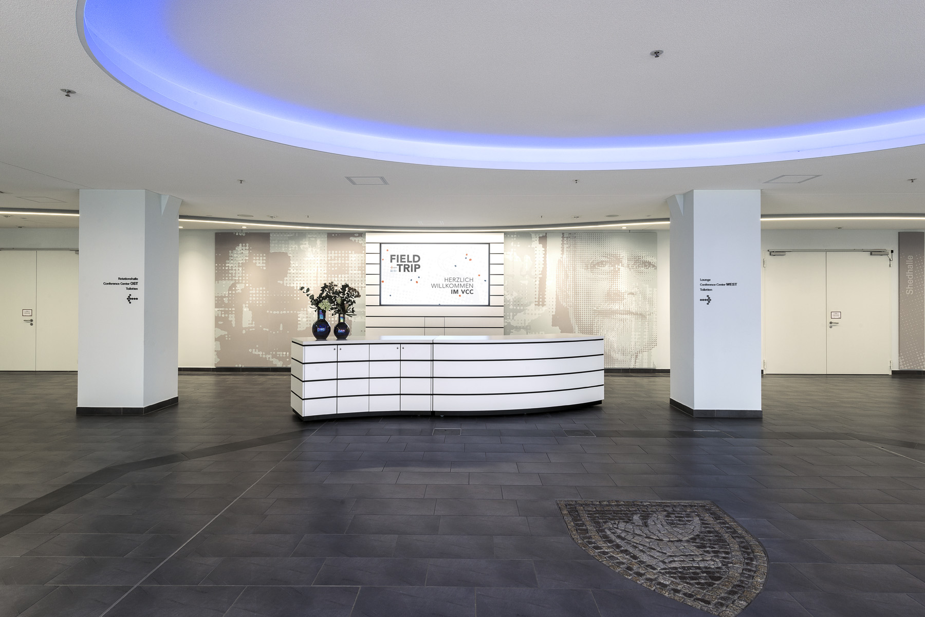 Foyer Ost mit Multimediawand