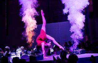 Rundbühne mit Tänzerin in unserer Eventlocation
