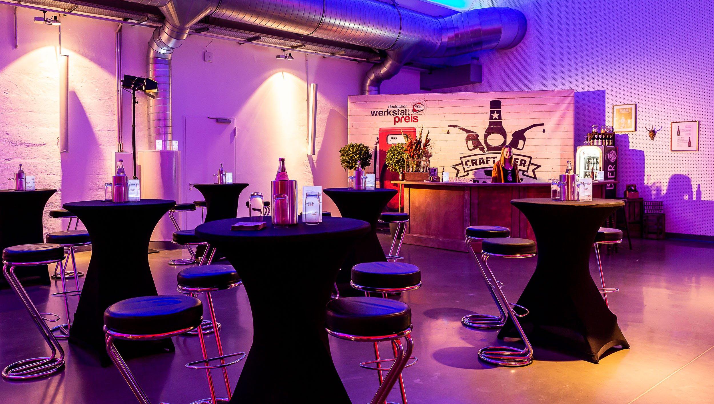 Bar mit Stehtischen in der Shedhalle